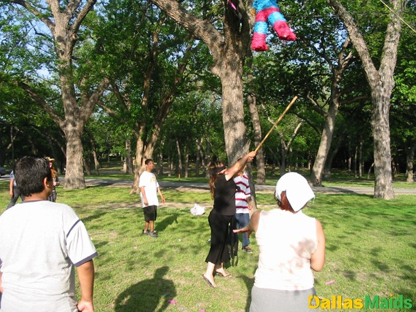 pinata_swinging2_adults